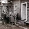 Вячаслаў Рагойша каля роднага дома з мамай, сынам і ...