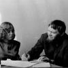 Кіраўнік семінара маладых пісьменнікаў Іван Бурсаў над рукапісамі Яўгеніі Янішчыц.