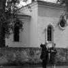 Янка Запруднік каля бажніцы ў родным Міры.