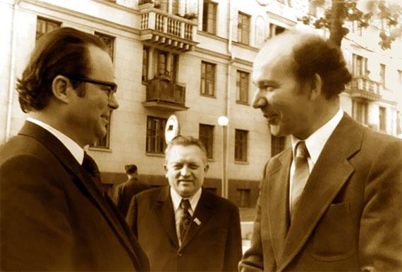 У 1955 годзе першы сакратар ЦК ЛКСМБ Аляксандр Аксёнаў узяў Алеся Петрашкевіча на працу інструктарам. Праз 21 год, будучы другім сакратаром ЦК КПБ, сустрэў яго загадчыкам аддзела культуры ЦК КПБ