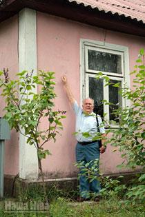 Анатоль Белы паказвае месца, дзе была замацаваная шыльда Геніюш. © Фота Юліі Дарашкевіч.