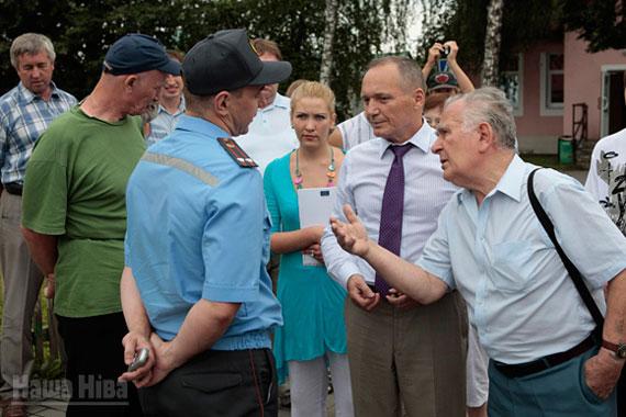 Уладзімір Някляеў і Анатоль Белы спрачаюцца з міліцыяй. © Фота Юліі Дарашкевіч.