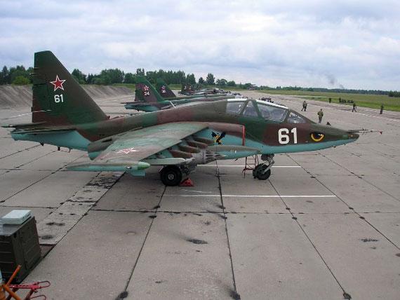 СУ-25-я перад палётамі. Ліда, 2008 г. Два падобных былі прададзены ў Кот-д'Івуар у 2004-м