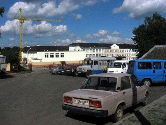 Пад'езд да школы застаўлены аўтобусамі (фота 2010 года)