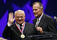 Дж.Буш-старший вручает Горбачеву масонский