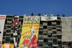 Аркадий Бабченко, «Эхо Москвы»  То, что творится в центре Стамбула, - это какой-то новый, незнакомый нам уровень самоосознания нации, гражданского общества и граждан в целом. Кажется, впервые я не могу описать то, что видел, словами. Мой талант отступает перед тем, что происходит сейчас в действительности. Ни одно видео не передаст той чумовой, какой-то совершенно фантастической энергии, которая владеет сейчас площадью. То, что творится на Таксиме - это какой-то новый, незнакомый для меня уровень самоосознания нации, гражданского общества и граждан в целом. Говорят, здесь глушат интернет. Не знаю. Но я уже три с половиной часа пытаюсь залить видео и пока закачалось только пятьдесят семь процентов. Пока не могу выложить свое видео, выложу фото. Одно. Все равно все фото отсюда - бессмысленны. Картинка не передает энергетику, к сожалению. Тем не менее. На Таксиме было сегодня вот так. И вот так продолжается до сих пор - в Стамбуле сейчас час ночи. Никакой полиции, никакого Эрдогана, никаких водометов, никаких тюрем - ничего этого после того, что было сегодня, уже не существует. Да и полиции здесь сейчас нет. Вообще. Днем летал вертолет но и он ушел.  Анкару турецкие власти, насколько я понимаю, еще пытаются держать или, по крайне мере, пытаются пробовать контролировать, и там сегодня опять были водометы и резиновые пули - но Стмабул им сейчас не принадлежит совершенно. Здесь вообще полиции нет. О ней даже и не думает никто. Это из какого-то другого, прошлого, мира. Таксим в частности и Стамбул в целом на данный момент принадлежат людям. Полностью. Перевес колоссальный. Силовики войти сюда сейчас просто не смогут, такое количество людей не разгоняемо в принципе. Понятно, что часам к трем ночи подавляющее большинство уйдет, и останутся только оккупайцы - которых, тем не менее, несколько тысяч - но как только тут кто-то вздумает стрелять, все, кто сегодня был здесь, и после того, что сегодня здесь было, вернутся обратно в удесятеренном количестве.  Сегодня здесь впервые б