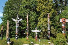 Знаменитая коллекция индейских тотемов находится под открытым небом внутри Стенли Парка.