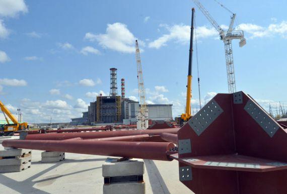 Строительство нового саркофага над Чернобыльской АЭС, 2012 год . Фото: Женя Савилов / AFP