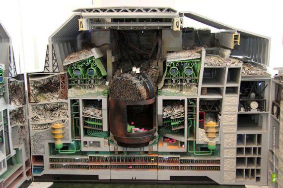 На макете можно увидеть состояние аварийного блока и его разрушения. В центре шахта реактора РБМК-1000 и стоящая на боку верхняя многотонная плита, которую подбросило и перевернуло на ребро взрывом во время аварии.