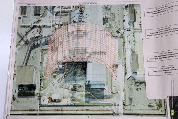 Поэтому в настоящее время строится новый саркофаг в виде огромной арки высотой более ста метров и размахом опор около 260 метров. Это сборная конструкция, которую собирают на площадке перед 4-м блоком, а затем просто надвинут на старый саркофаг, изолировав его от внешних воздействий.