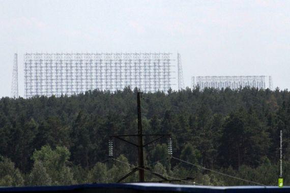 В другой стороне виднеется огромное техническое сооружение — радиолокационная станция системы раннего обнаружения пусков межконтинентальных баллистических ракет «Дуга». После аварии на ЧАЭС военные прекратили эксплуатацию объекта.
