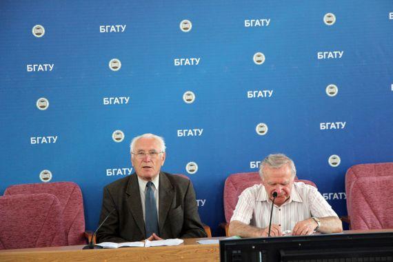 В президиуме заседают академик Пётр Александрович Витязь и писатель Василий Тимофеевич Яковенко.