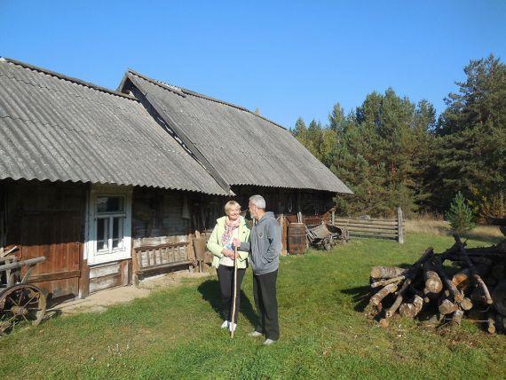 Автор очерка и В.Бычковский во дворе музея.