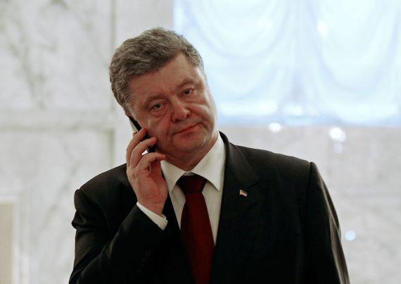 Во время переговоров в узком формате президент Украины ненадолго покинул зал, чтобы поговорить по телефону с Генштабом.